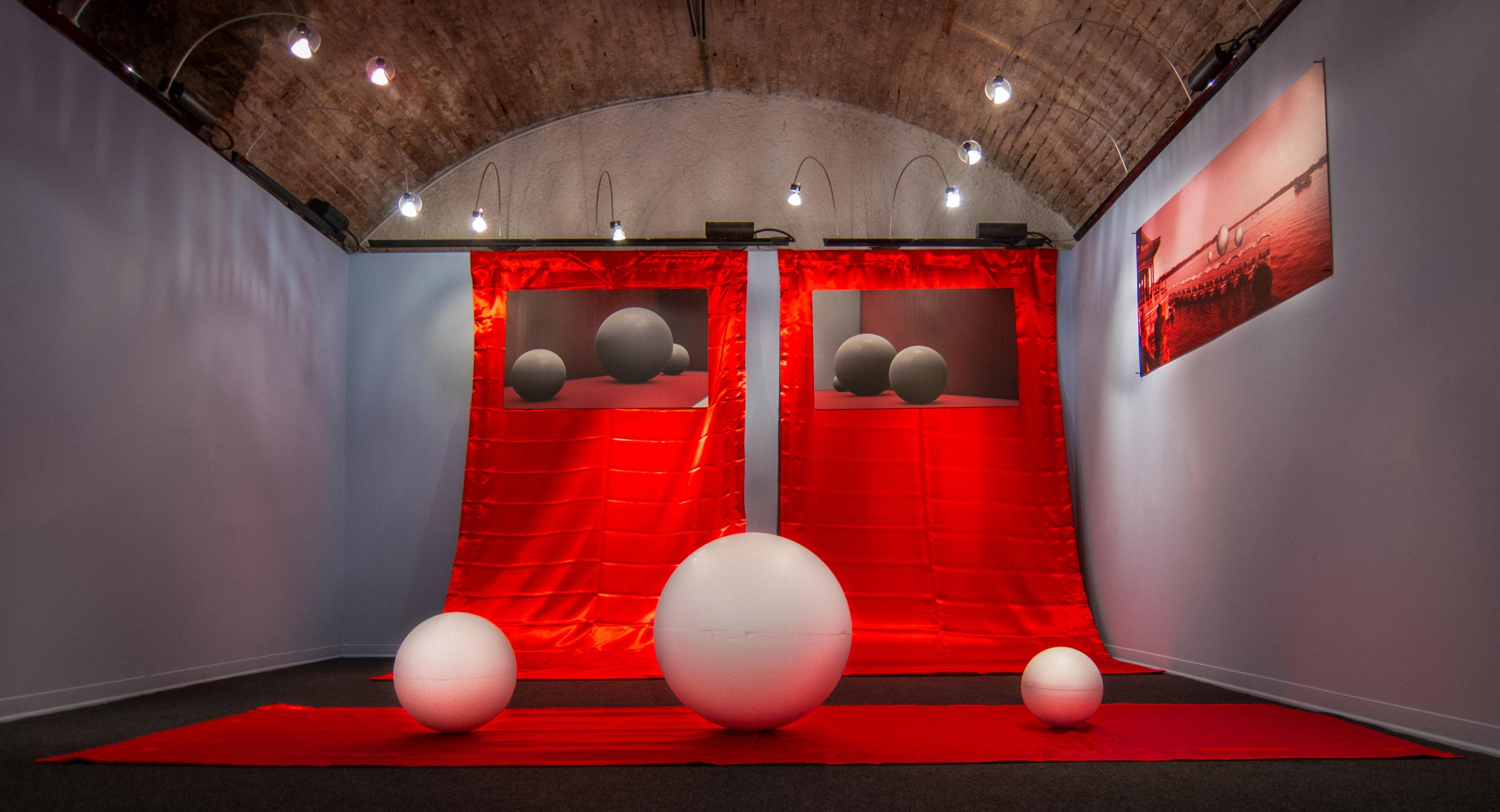 Totale frontale installazione Mille Fotografie di Pechino by DiMMD
